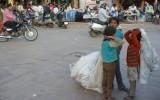 Dzieci zbierające papier