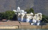Świątynia nad jeziorem